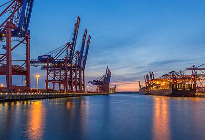 Germany, Hamburg, Waltershof, Container harbour in the evening - p300m1537538 by Kerstin Bittner