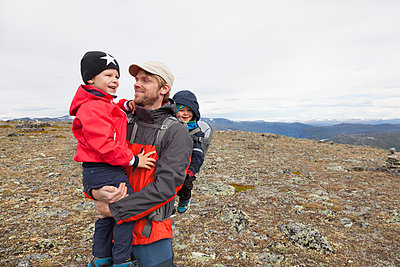 Male hiker with sons in mountain landscape, Jotunheimen National Park, Lom, Oppland, Norway - p429m1561718 by Tiina & Geir