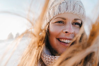 Young woman in winter clothing in snowy landscape - p586m2005105 by Kniel Synnatzschke