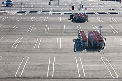 Parking lot with shopping trolleys - p836m1468094 by Benjamin Rondel