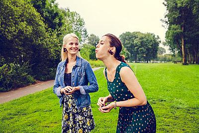 Freundinnen im Park - p904m932292 von Stefanie Päffgen