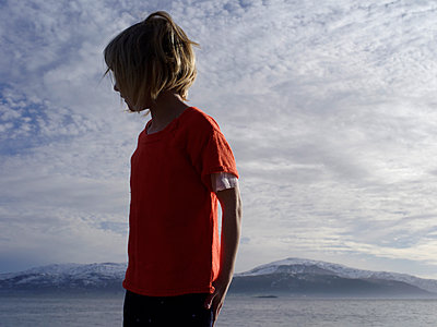 Girl against clouds and mountain scenery - p945m1446202 by aurelia frey
