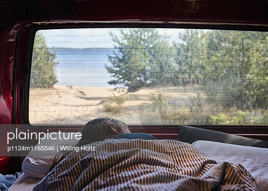 Schlafen im VW-Bus - p1124m1165546 von Willing-Holtz