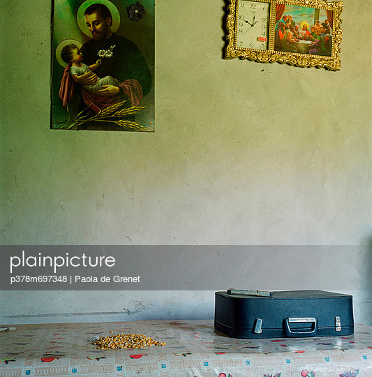 Suitcase and corn on table - p378m697348 by Paola de Grenet