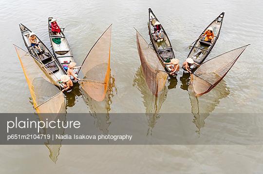 Net casting fishermen on the Perfume River, Hue, Vietnam - p651m2104719 by Nadia Isakova photography