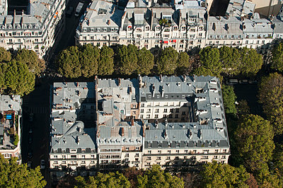 Apartment block in Paris - p178m792349 by owi