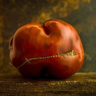 Raw tomato with a split - p813m1424601 by B.Jaubert
