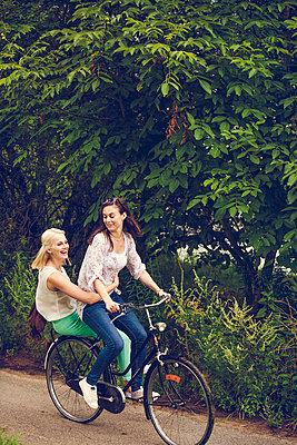 Zu zweit auf dem Fahrrad - p904m932260 von Stefanie Päffgen