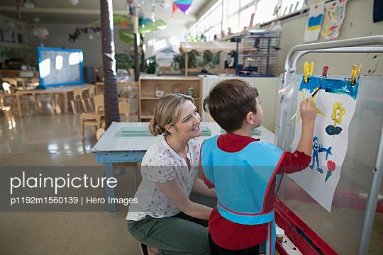 plainpicture - plainpicture p1192m1560139 - Preschool teacher and boy s... - plainpicture/Hero Images