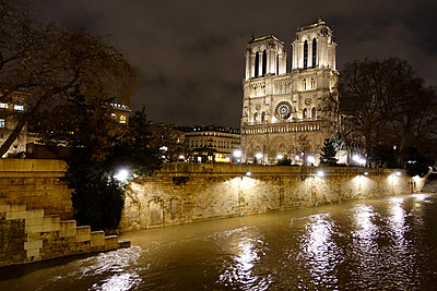 France, Paris, Notre Dame Kathedrale at night - p1189m2175204 by Adnan Arnaout