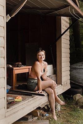 Woman enjoying moment in hut - p429m2152955 by Sara Monika