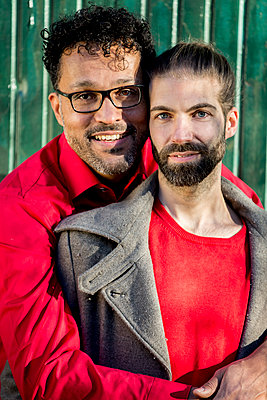 Gay couple in the park - p787m2115272 by Forster-Martin