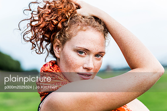 Portrait of freckled young woman with curly red hair - p300m2029324 by Jo Kirchherr
