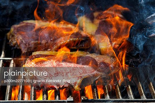 Close up of grilled steaks - p300m2277103 by Ignacio Ferrándiz Roig