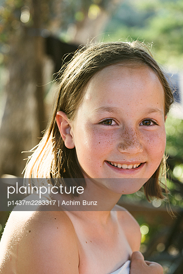 Portrait of girl with freckles - p1437m2283317 by Achim Bunz