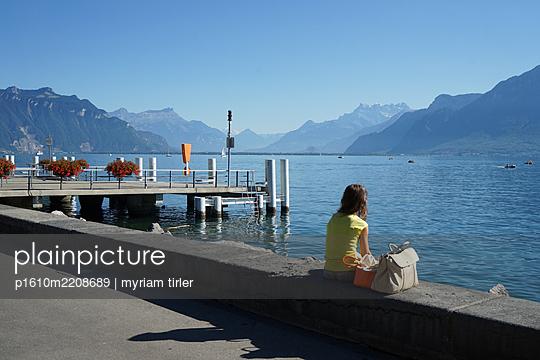 A woman sitting by Geneva's lake - p1610m2208689 by myriam tirler