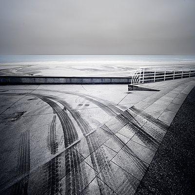 Reifenspuren - p1137m1497590 von Yann Grancher