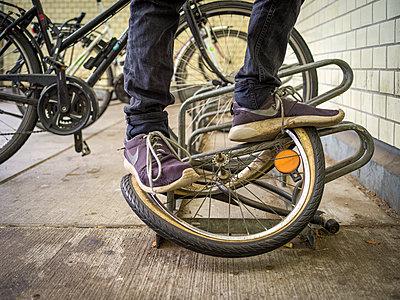 Jugendlicher zerstört Fahrradreifen - p1267m2228241 von Jörg Meier