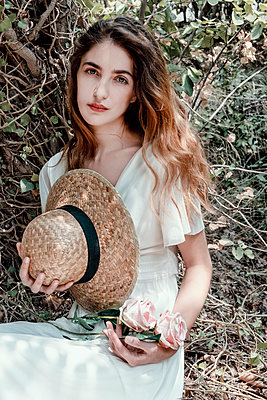 Young woman with straw hat in a white dress - p1445m2184799 by Eugenia Kyriakopoulou