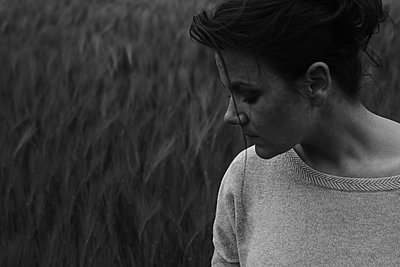 Young woman in front of cornfield - p1551m2199971 by André Eikmeyer