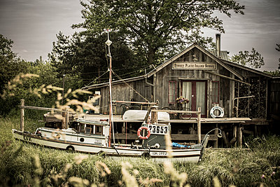 Canada, British Columbia, Finn Slough, fishing boat and wooden house at Fraser River - p300m1116671 by Nadine Ginzel