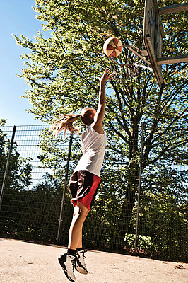 Teenagerin spielt Basketball - p473m670414f by STOCK4B-RF