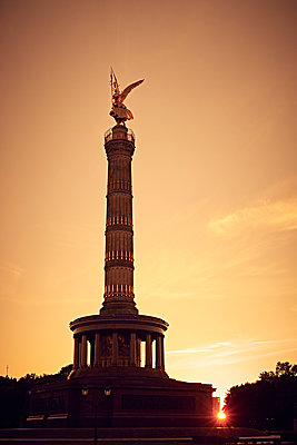 Victory Column at sunset, Berlin - p851m2205826 by Lohfink