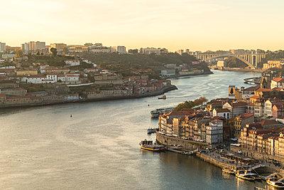 Portugal, Porto, Douro river with Ribeira and Ponte da Arrábida bride in the background - p1332m2197113 by Tamboly