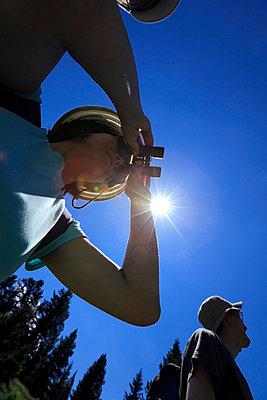 Person looking through binoculars - p265m719414 by Oote Boe