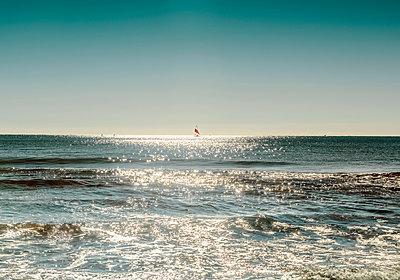 Sun glitter on sea surface - p429m2078634 by Max Bailen