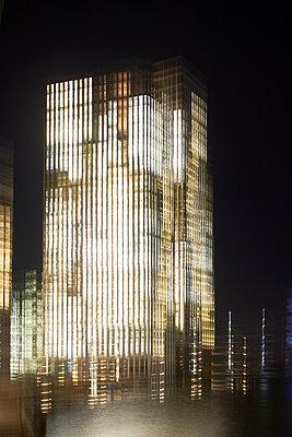 Beleuchtete Bürogebäude - p464m2157776 von Elektrons 08