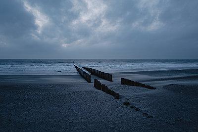 Beach in the evening - p586m2089156 by Kniel Synnatzschke