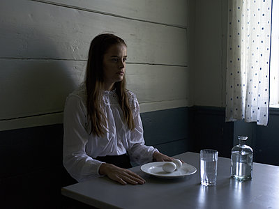 Teenager sits at breakfast table - p945m1163012 by aurelia frey
