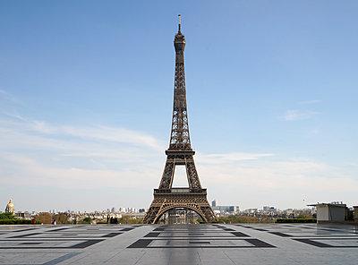 Eiffel Tower empty forecourt during covid-19 - p1610m2181483 by myriam tirler