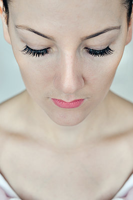 Close-up of young woman`s face - p577m1332559 by Mihaela Ninic