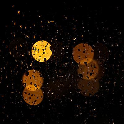 Regentropfen auf Fensterscheibe im Zwielicht - p685m1045480 von Lena Kah