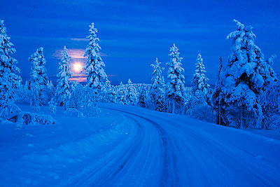Super moon (full moon) landscape, Lapland, Pallas-Yllastunturi National Park, Lapland, Finland, Europe - p871m2022852 by Matthew Williams-Ellis