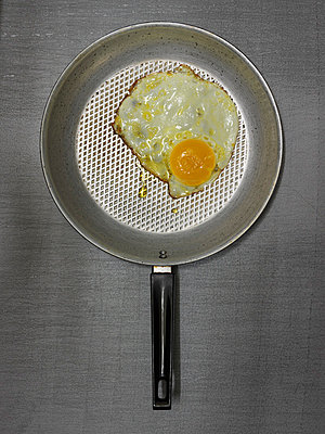 Fried egg - p1052m815394 by Wolfgang Ludwig