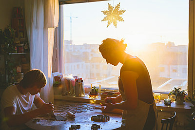 Finland, Helsinki, Couple preparing christmas cookies - p352m1350147 by Eija Huhtikorpi