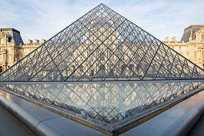 Le Louvre - p535m1193373 by Michelle Gibson