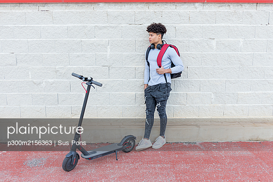 Young man with e-scooter outdoors - p300m2156363 by Sus Pons