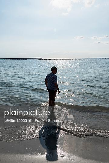 Mann am Strand - p949m1200316 von Frauke Schumann