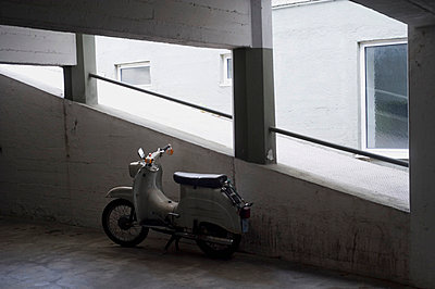 Moped in einem Parkhaus - p1026m834404 by studioAmico