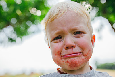 Blonde boy with smeared face - p1238m1461801 by Amanda Voelker