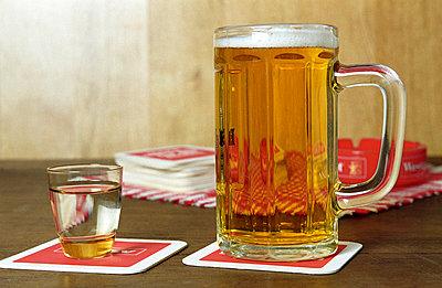 Bierglas und Schnaps - p1650173 von Andrea Schoenrock