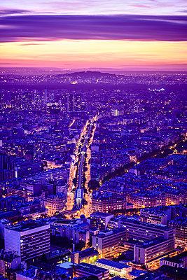 Aerial view of Paris cityscape at night, Paris, Ile de France, France - p555m1420095 by Spaces Images