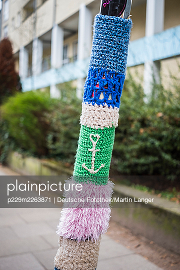 Lamppost wrapped in colourful wool - p229m2263871 by Martin Langer