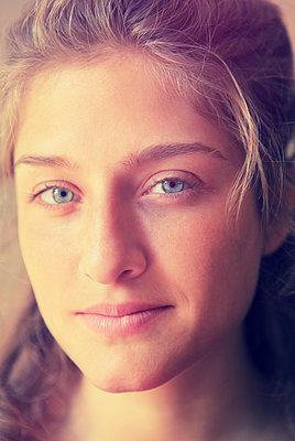 Portrait einer jungen Frau - p045m1031211 von Jasmin Sander