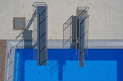 Pool with two diving platforms, aerial view - p1292m2272659 by Niels Schubert