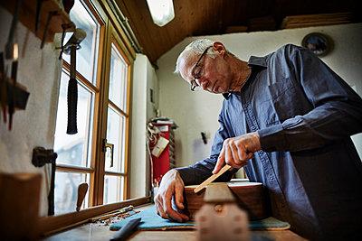 Gitarrenbauer arbeitet in seiner Werkstatt - p1359m1221827 von Great Images